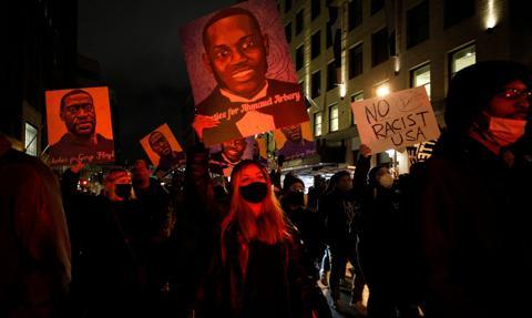 Protesty w pobliżu Minneapolis po zastrzeleniu przez policję Afroamerykanina