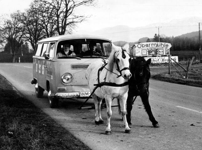 Kryzys naftowy oznaczał braki paliwa. Szukano więc alternatyw, jak np. w Weilheim (Niemcy), gdzie do ciągnięcia Volkswagena zaangażowano konie