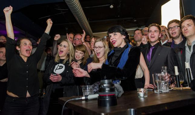 Deputowana Partii Piratów Birgitta Jonsdottir (na zdj. druga od prawej) w wieczór wyborczy otoczona działaczami swojej partii