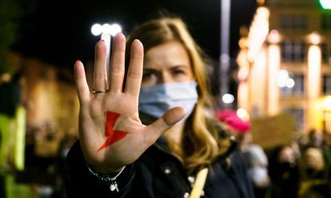 Narodowcy stworzyli listę firm wspierających Strajk Kobiet. Na liście znalazł się bank