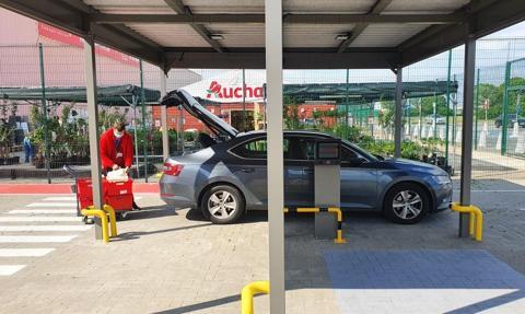 Zamawiasz, podjeżdżasz, odbierasz do bagażnika. Auchan testuje dostawę zakupów online