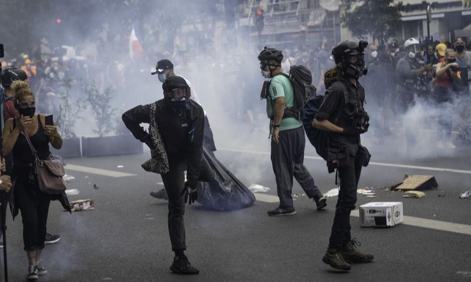 Manifestacje przeciw paszportom sanitarnym we Francji. Policja użyła gazu łzawiącego