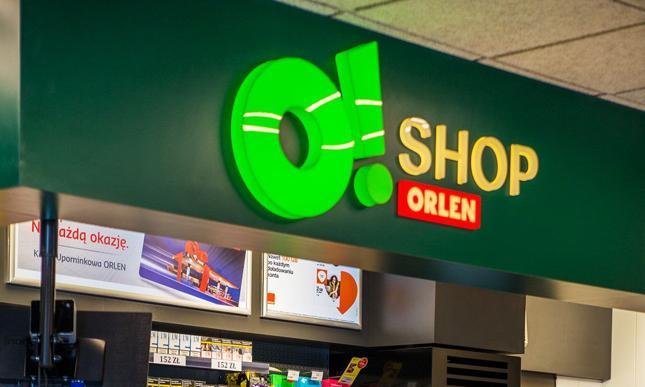 Orlen to z kolei zdecydowany lider polskiego rynku paliwowego. Obecnie posiada 1758 stacji, na 150 z nich znajdują się sklepy własne O!Shop