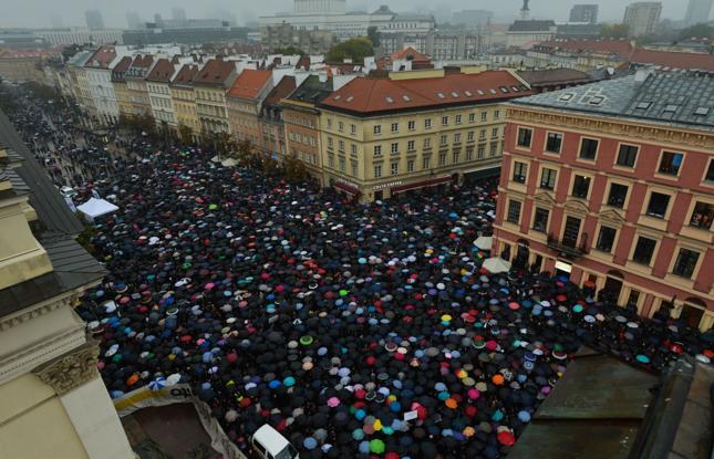 Czarny protest. Manifestacja na placu Zamkowym w Warszawie