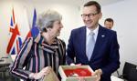 Morawiecki dostał od premier May nietypowy prezent - paletki do ping-ponga