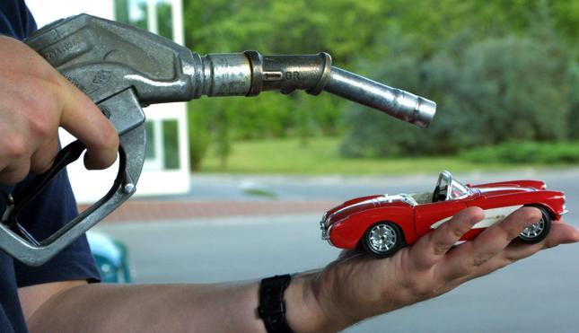 Francja: władze nakazały racjonowanie benzyny
