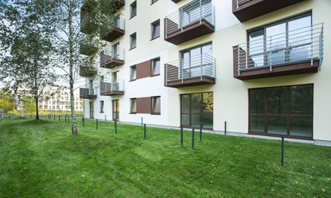 Analiza: W pandemii wzrosło w Warszawie zainteresowanie i sprzedaż mieszkań na parterze