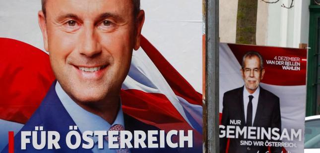 Norbert Hofer i Alexander Van der Bellen na plakatach wyborczych