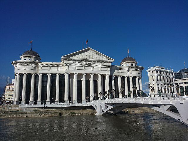 Muzeum Archeologiczne - jeden z najważniejszych budynków w nowym centrum Skopje. Ciężko nie dostrzec nawiązań do starożytnej Grecji (choć jakość wykonania woła o pomstę do nieba). Ciężko też nie dostrzec skali. Same cokoły kolumn mają blisko 3 m. Przed muzeum oczywiście wszechobecne pomniki