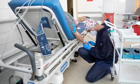 Szybko rośnie liczba zakażeń i hospitalizacji