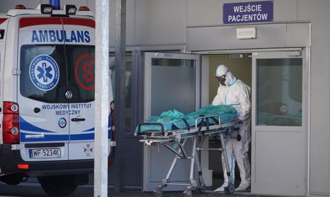 Utrzymuje się wysoka liczba zgonów. Ostatniej doby zmarło ponad 500 osób