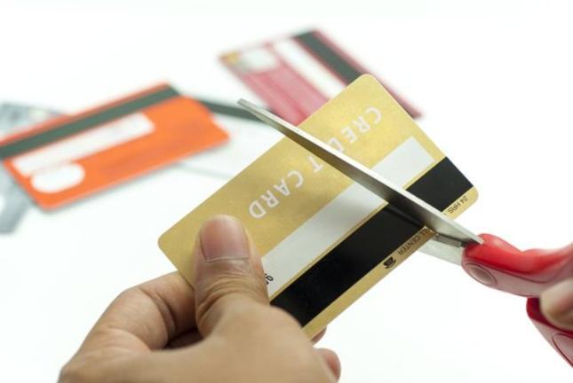 Zastrzeżenie karty i blokada karty: czym się różnią i jak to zrobić?