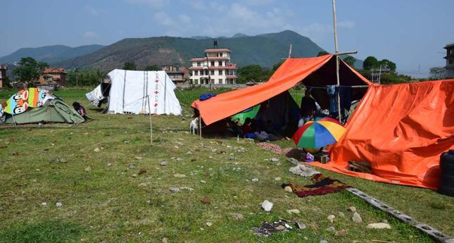 """""""Mieszkamy w namiotach już od miesiąca w trzy rodziny, łącznie 18 osób, same kobiety i dzieci, jeden 92-letni staruszek"""""""