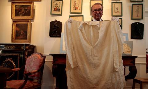 """Tkanina z krwią Napoleona na aukcji. """"Osiągnie nawet 15 tys. euro"""""""