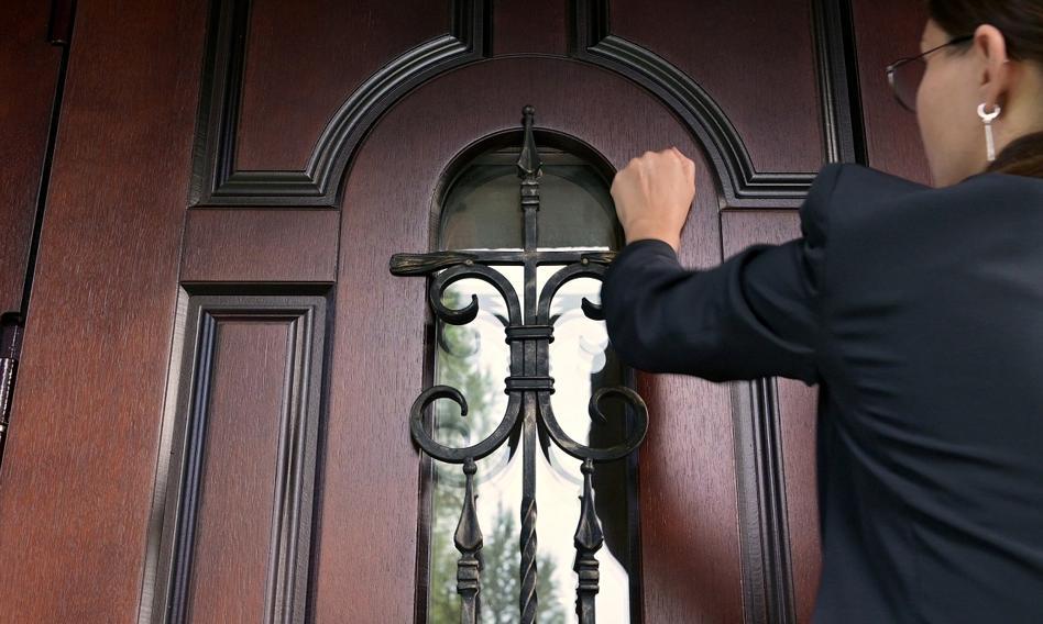 ZUS skontroluje pracowników na zwolnieniu lekarskim. Urzędnicy zapukają nawet do sąsiada