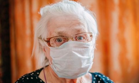 W czasie pandemii jedna trzecia seniorów przerwała leczenie