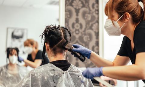 Rozporządzenie umożliwiające pracę fryzjerów w 11 województwach w Dzienniku Ustaw