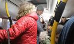 Zatłoczone autobusy w Warszawie. Ratusz: obserwujemy sytuację