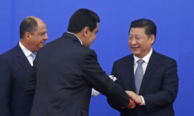 Prezydent Nicolas Maduro (w środku) i prezydent Chin Xi Jinping (po prawej)