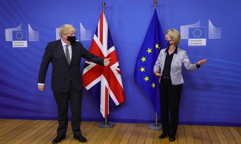 Brexit. KE wstrzymuje kroki prawne przeciwko Wielkiej Brytanii za jednostronną zmianę ustaleń ws. Irlandii Płn.