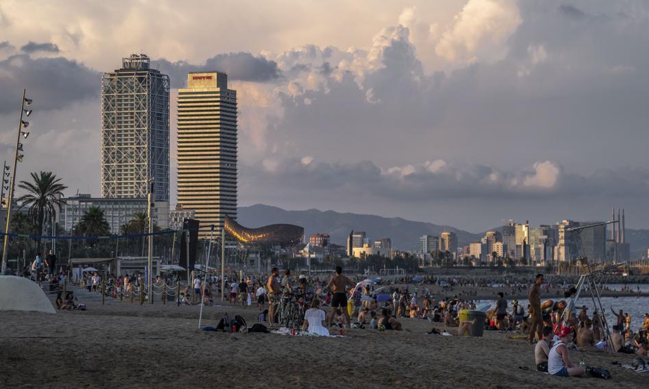 Po zamknięciu dyskotek w Katalonii fiesta przeniosła się na skwery i plaże