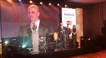 Cezary Kocik odbiera nagrodę dla mBanku
