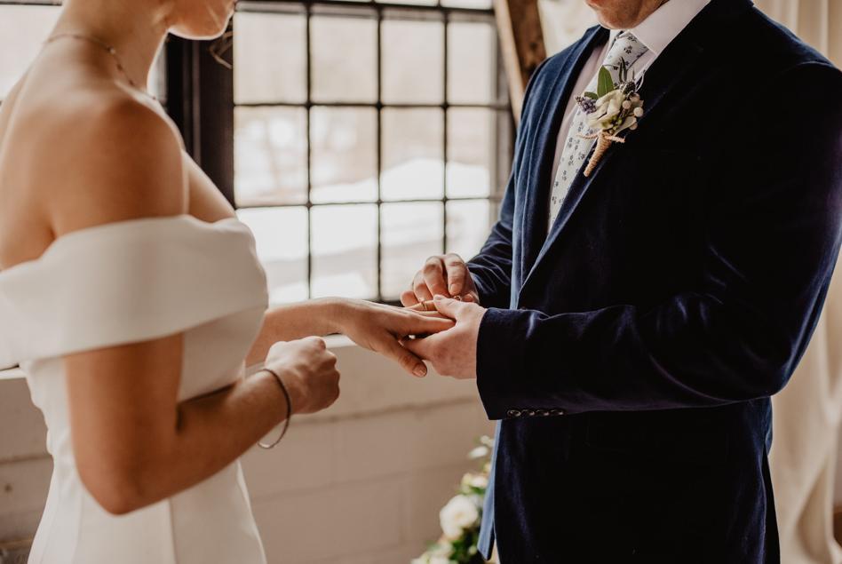 Prezent ślubny: jaki wybrać? Ile dać na wesele?