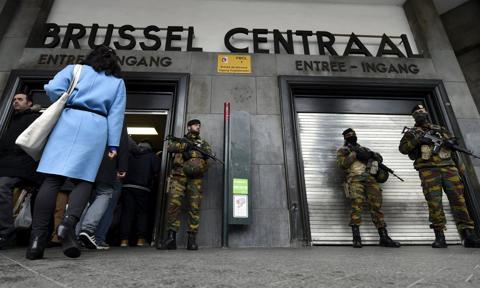 Bruksela po zamachach - lotnisko ze zwiększoną ochroną, metro bez niej