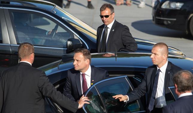 Prezydent Andrzej Duda w otoczeniu agentów Biura Ochrony Rządu - zdj. archiwalne