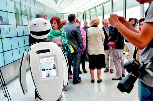 """Zespół inżynierów z młodej, polskiej firmy General Robotics skonstruował robota-przewodnika. Ich EuGenius znalazł """"zatrudnienie"""" w Muzeum Sztuki i Techniki Japońskiej Manggha w Krakowie."""