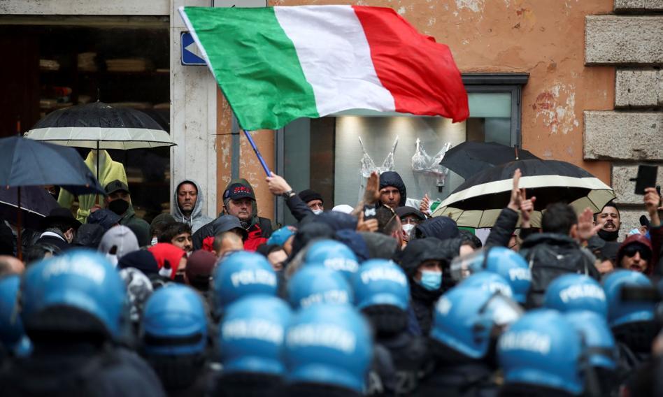 Włosi manifestują przeciwko obowiązkowym przepustkom covidowym