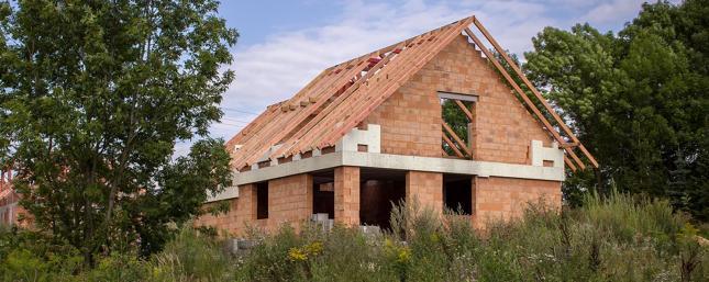 Budowa domu pochłania dużo pieniędzy i czasu