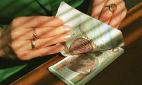 Polacy coraz rzadziej pożyczają od znajomych
