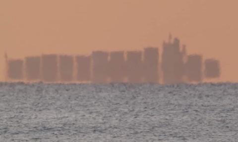 """Magia fatamorgany: """"Pływające miasto"""" z 12 wieżowcami widziane z wybrzeża Barcelony"""