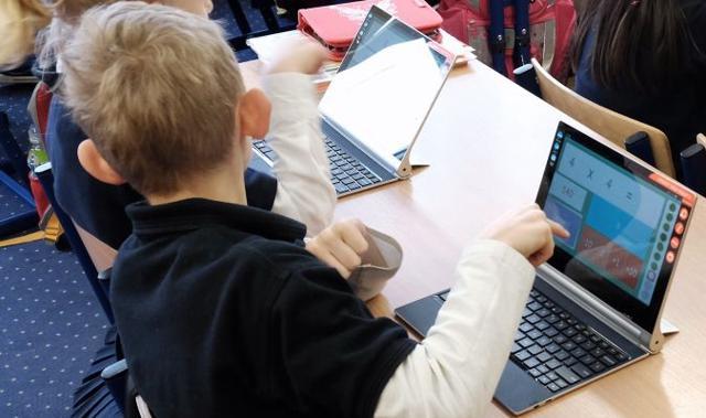Wiceminister rozwoju: Szerokopasmowy internet w każdej szkole