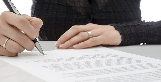 Dlaczego nie czytamy umów, zanim je podpiszemy?