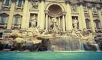 Coraz częściej turyści mylą rzymską fontannę di Trevi z basenem