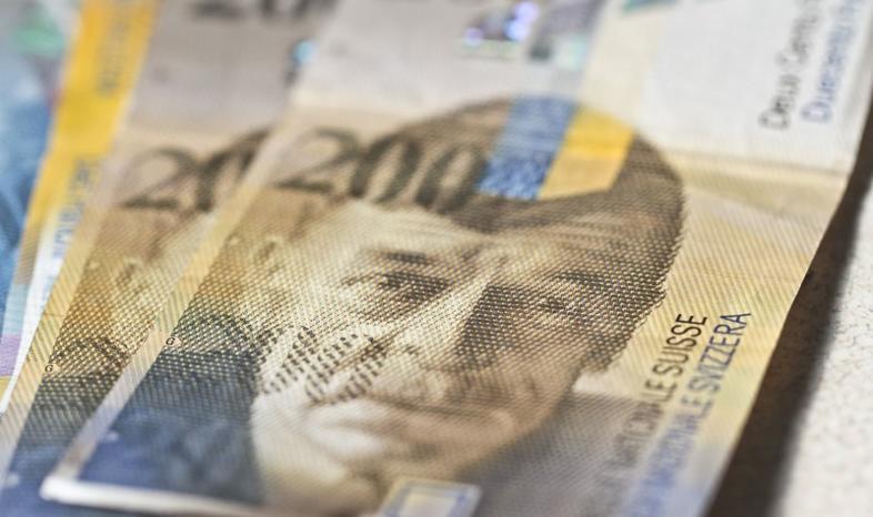 Przewalutowanie po kursie z dnia umowy - jak wpłynie na raty frankowca?