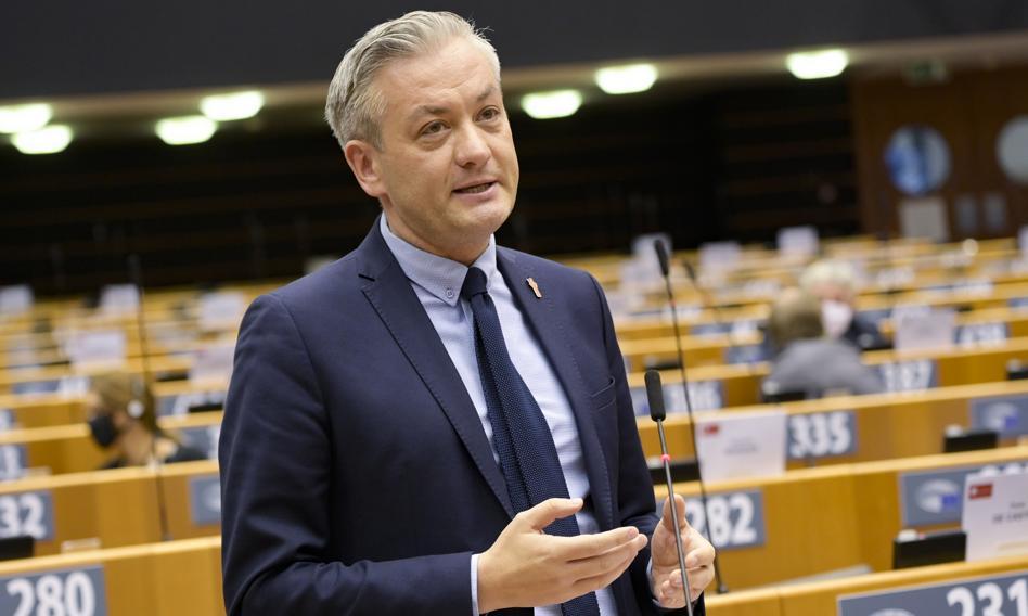 Biedroń: Środki unijne trafiają do regionów zgodnie z wolą partyjną, a nie z wolą mieszkańców i samorządowców