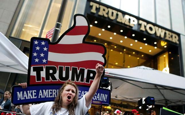 Zwolennicy Donalda Trumpa demonstrują pod jego wieżowcem Trump Tower w Nowym Jorku