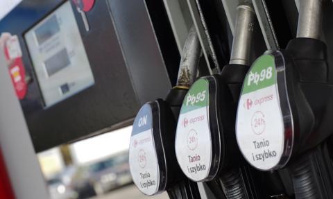 """Ostre podwyżki cen paliw. To """"zasługa"""" drożejącej ropy i NBP"""