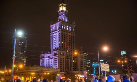 Czerwona błyskawica, symbol protestów, wyświetlana na Pałacu Kultury i Nauki