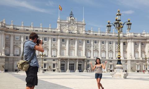 Hiszpania zamawia szczepionkę na Covid-19, rozważa godzinę policyjną