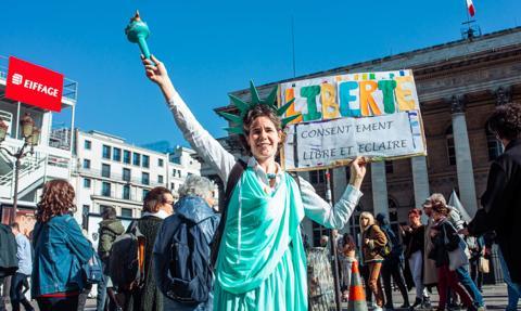 Ponad 40 tys. osób protestowało we Francji przeciwko przepustkom sanitarnym