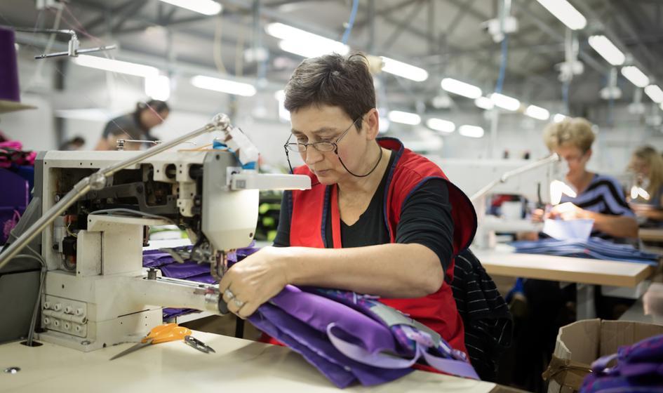 Spada liczba osób pozytywnie oceniających sytuację w zakładach pracy