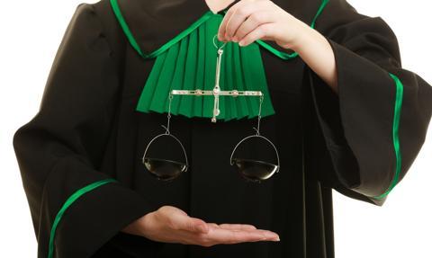 Do sądu z adwokatem lub radcą prawnym czy bez?