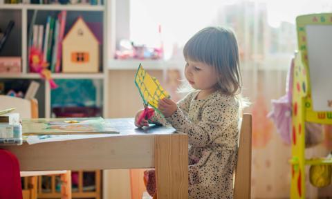 Kwarantanna w przedszkolu lub szkole. Kiedy i na jakich zasadach rodzic może wnioskować o zasiłek?