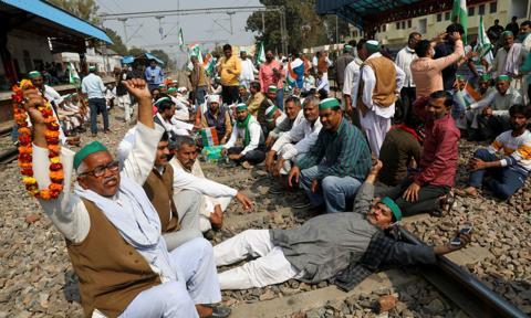 Tysiące protestujących rolników w Indiach zablokowały ruch kolejowy na północy kraju