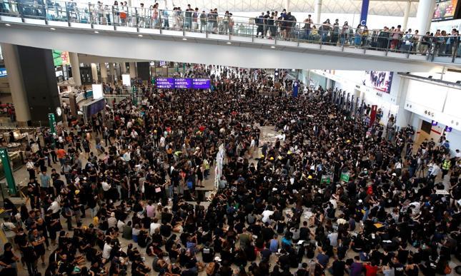 Demonstranci w hali lotniska w Hongkongu.