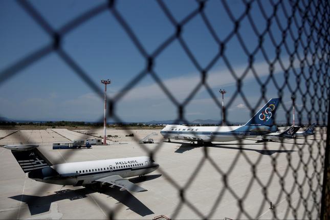 Zezłomowane samoloty na byłym międzynarodowym lotnisku Hellenikon w Atenach.